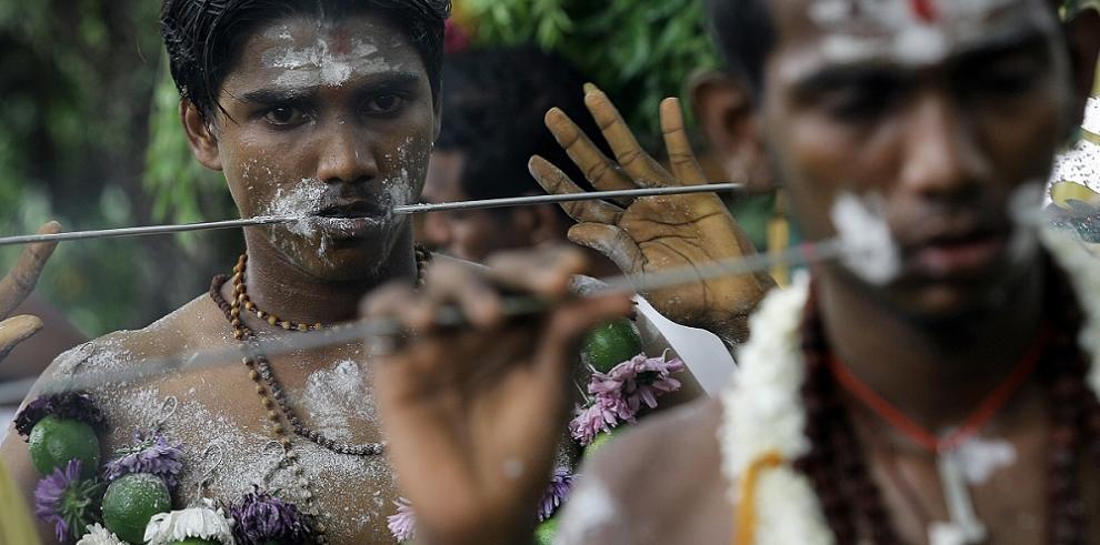 India: Se atraviesan pinchos en la piel como ofrenda