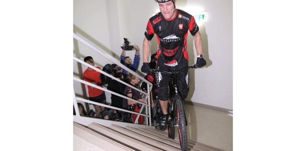 Ciclista sube las escaleras de rascacielos de Taipéi
