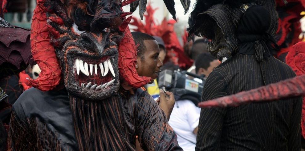 Pueblo de rojo y negro