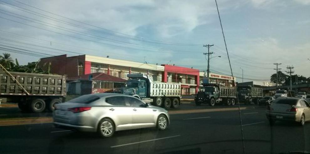 Camioneros protestan en caravana contra tarifa de corredores