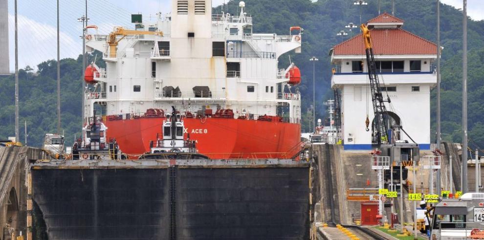 Canal de Panamá registra récord de tránsito de buques graneleros