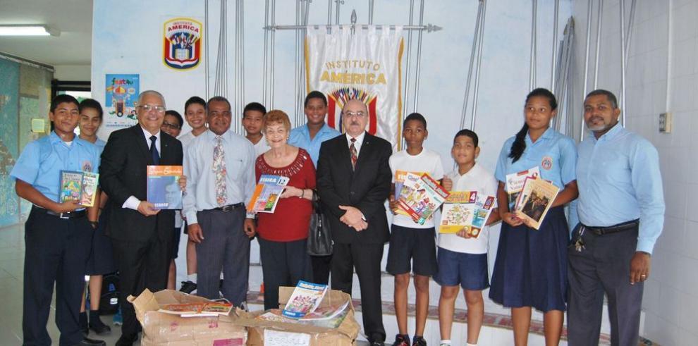 Escuelas reciben donación de libros