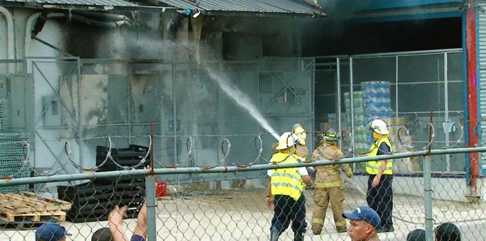 Incendio afecta local comercial en Santiago