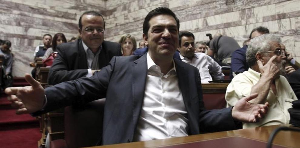 Tsipras dice que tuvo que elegir entre acuerdo, quiebra o salida del euro