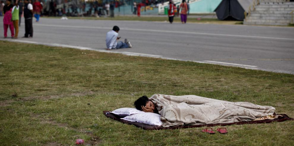 Aumenta a 76 el número de muertos por el terremoto en Nepal