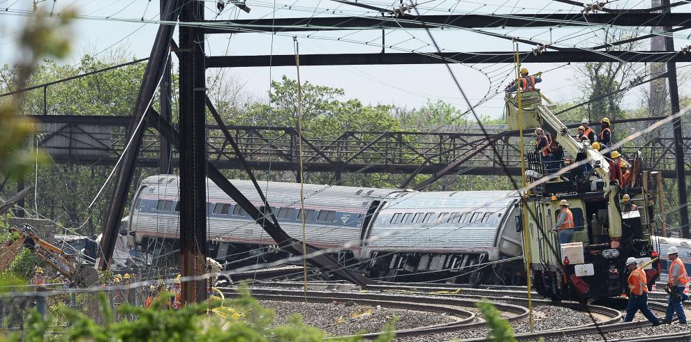 Al menos seis muertos al descarrilar tren en Filadelfia