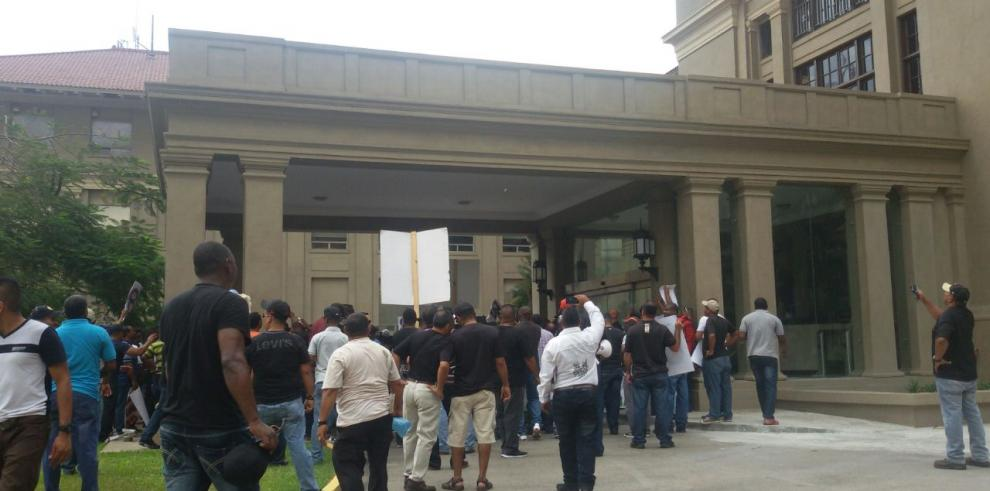 Trabajadores de la ACP protestaron frente a la Administración del Canal