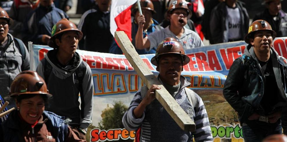 Mineros arrojan dinamita a edificio gubernamental