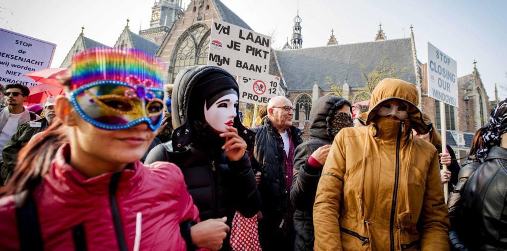 Prostitutas de Amsterdam se manifiestan contra el cierre de vitrinas