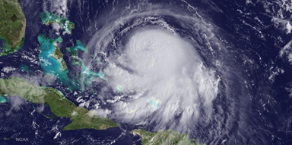El ojo del poderoso huracán Joaquín, sobre el centro de las Bahamas