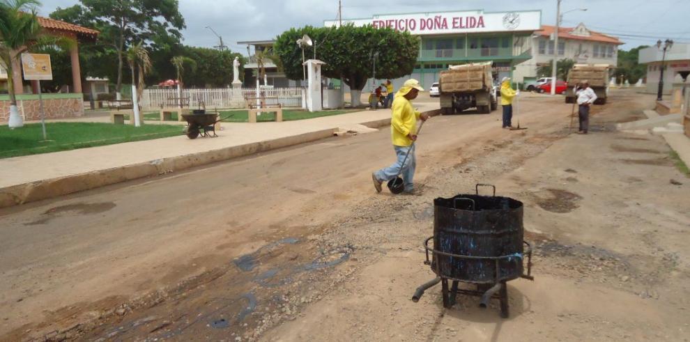 Inician trabajos de reparación de carreteras en Aguadulce