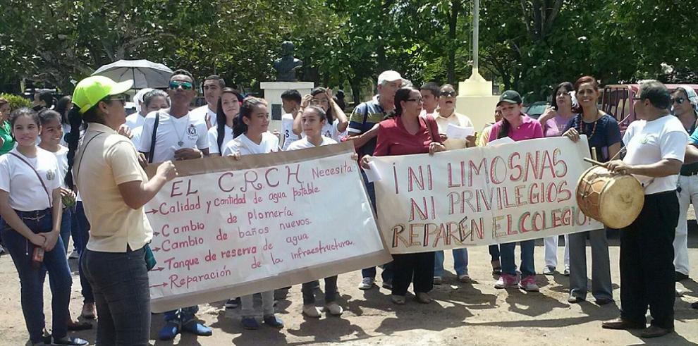 Marchan por mejoras en el colegio Rodolfo Chiari, en Aguadulce