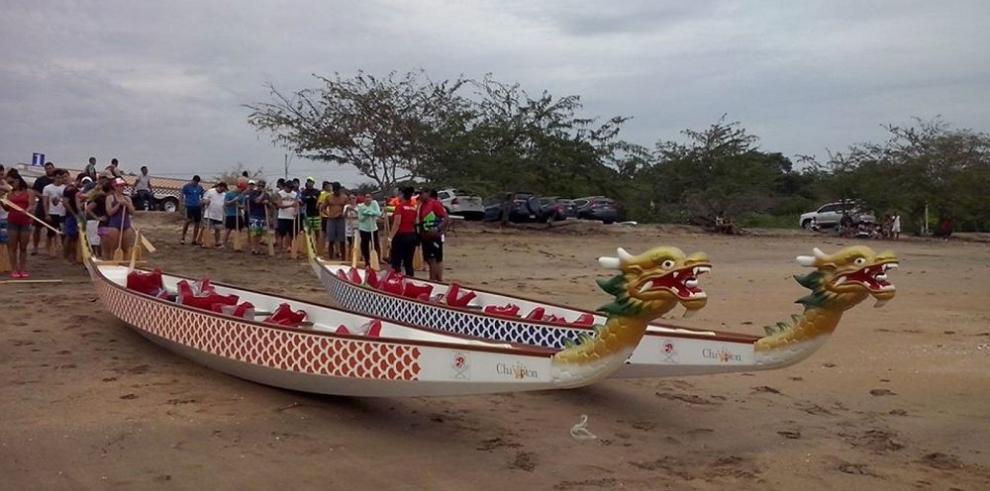 """Carrera de los botes """"Dragón Chino"""", con más de 300 remeros"""
