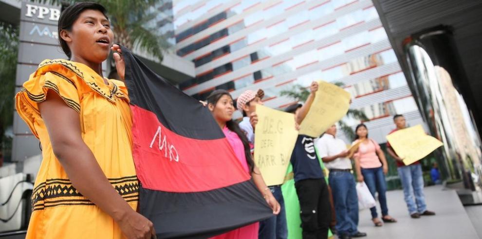Los indígenas protestan frente a dos embajadas
