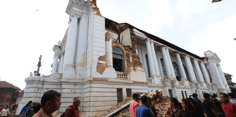 Los muertos en el terremoto suman 888, pero se teme más de un millar