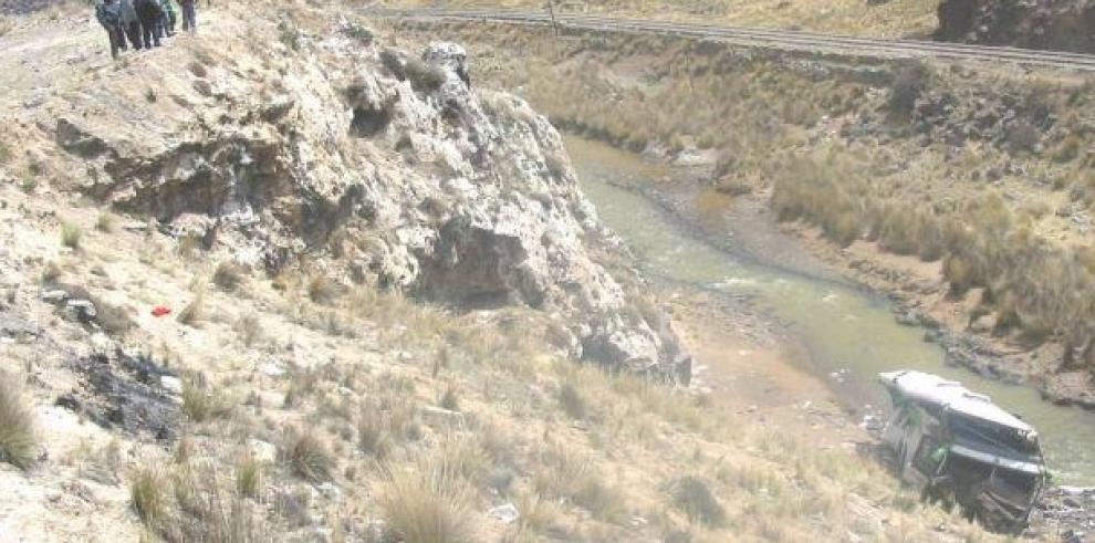 Al menos 16 muertos tras caída de un autobús a un abismo en el sur de Perú