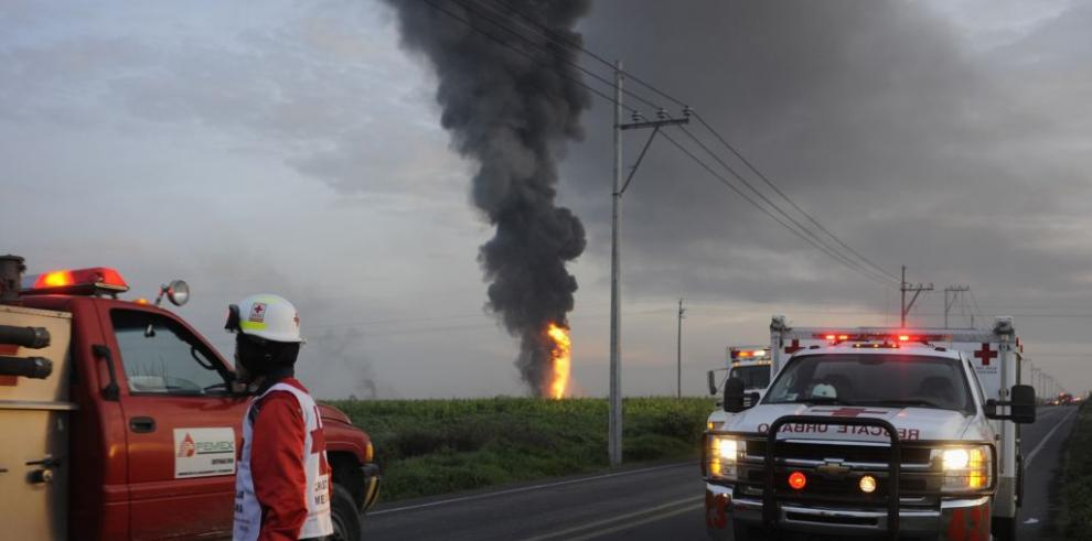 Suman diez los muertos por explosión de camión cisterna en México