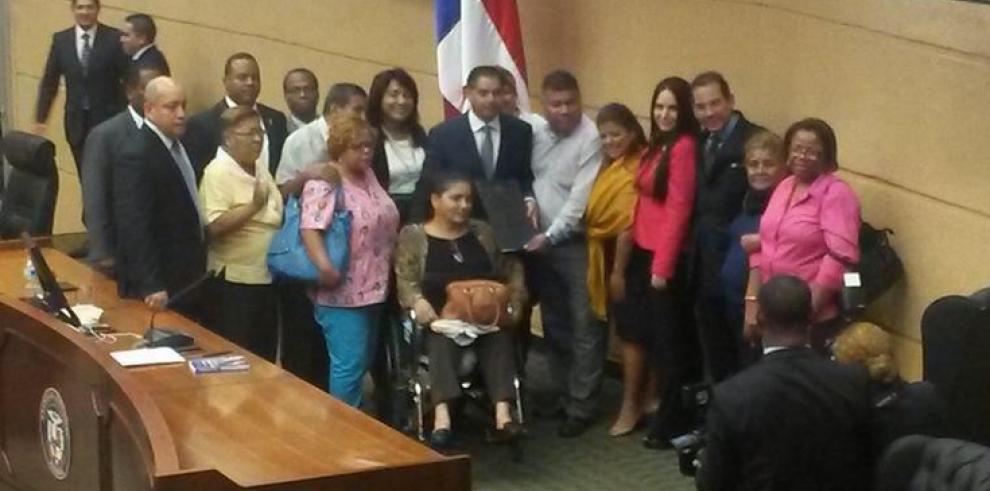 Asamblea aprueba pensión vitalicia para víctimas de dietilenglicol