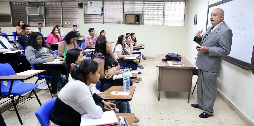 Consejo Académico reunido para decidir si acatan o no, orden de CSJ