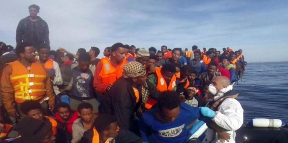 Oleada de inmigrantes a través del Mediterráneo