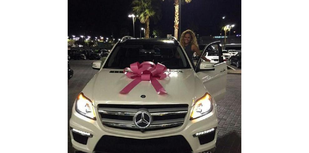 Liza Hernández presume su nuevo regalo en redes sociales