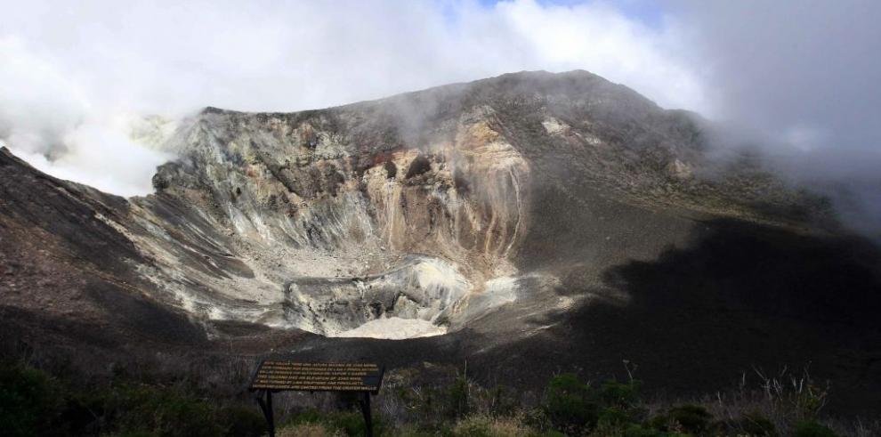 Volcán Turrialba de Costa Rica registra nueva erupción de ceniza