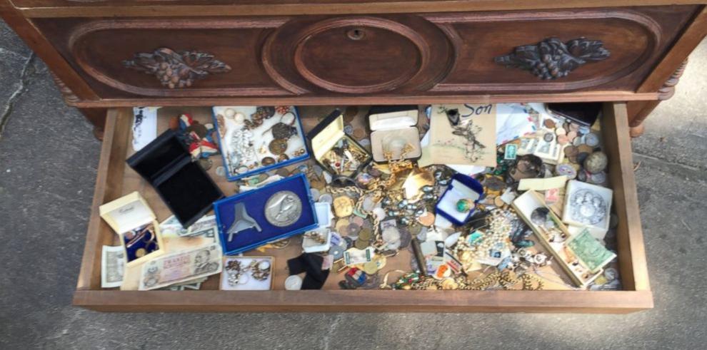 Hombre descubre tesoro en cajón de cómoda antigua