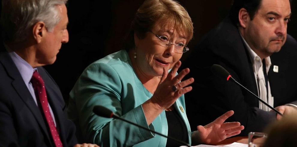 La popularidad de Michelle Bachelet se reduce a 27%