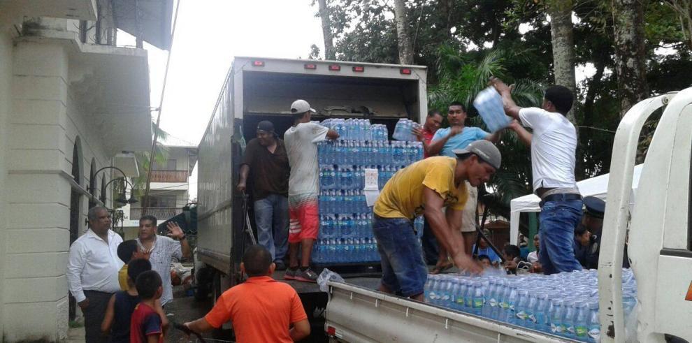 Continúa distribución de agua en Isla Colón