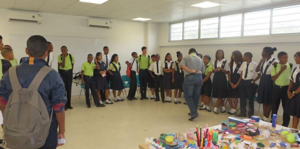 Estudiantes participan del taller