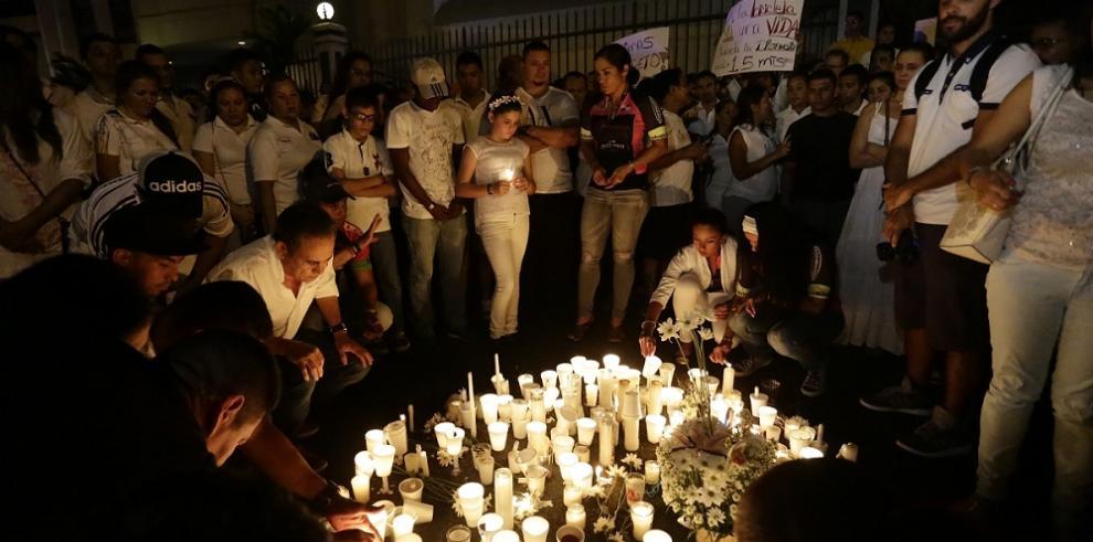 Panameños impactados por la muerte de la ciclista encienden velas