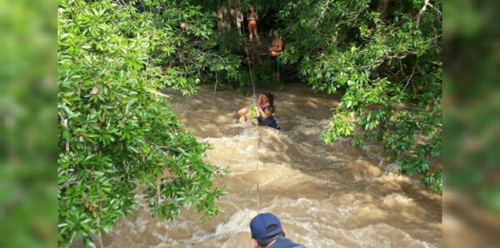 Rescatan a bañistas en el Río Zaratí