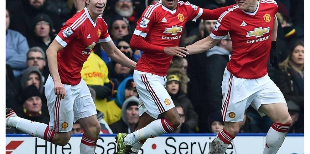 Manchester United repunta y el Liverpool hunde al City