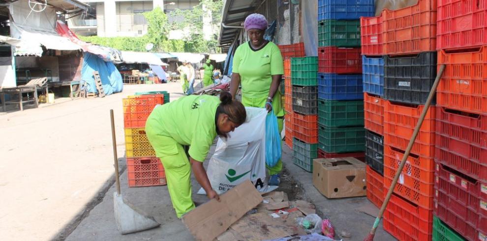 Autoridad de Aseo realiza limpieza en Mercado de Abastos