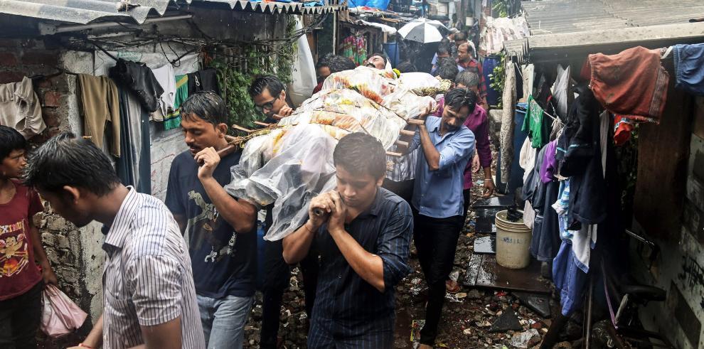 Sube a 90 los muertos por ingerir alcohol adulterado en India