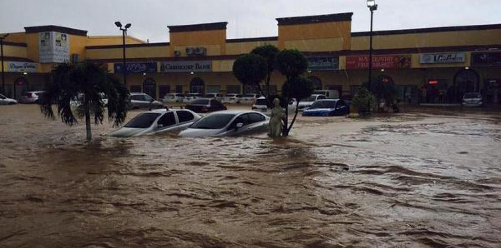 Inundación en Condado del Rey deja 10 locales y 15 autos afectados