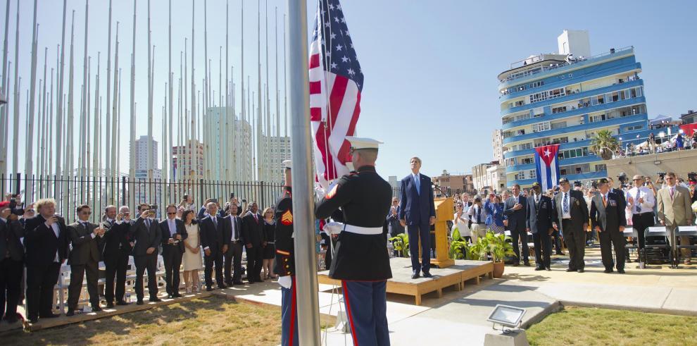 Bandera de EEUU ondea en su embajada en Cuba después de 54 años