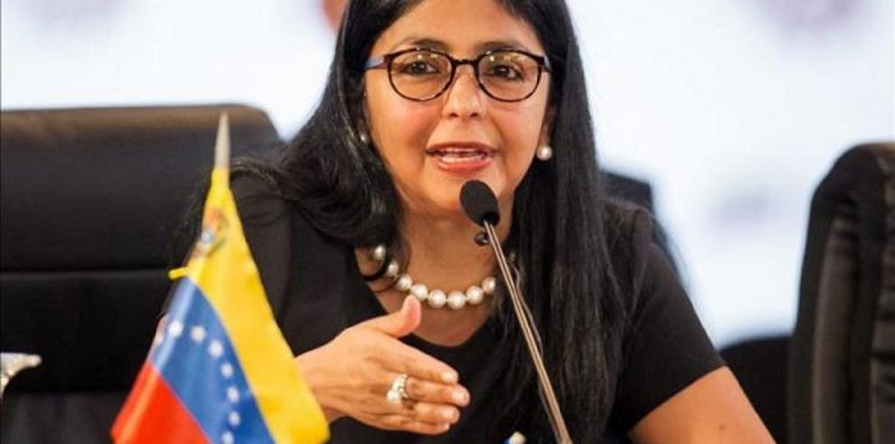 Delcy Rodríguez pide a Kerry cesar sus