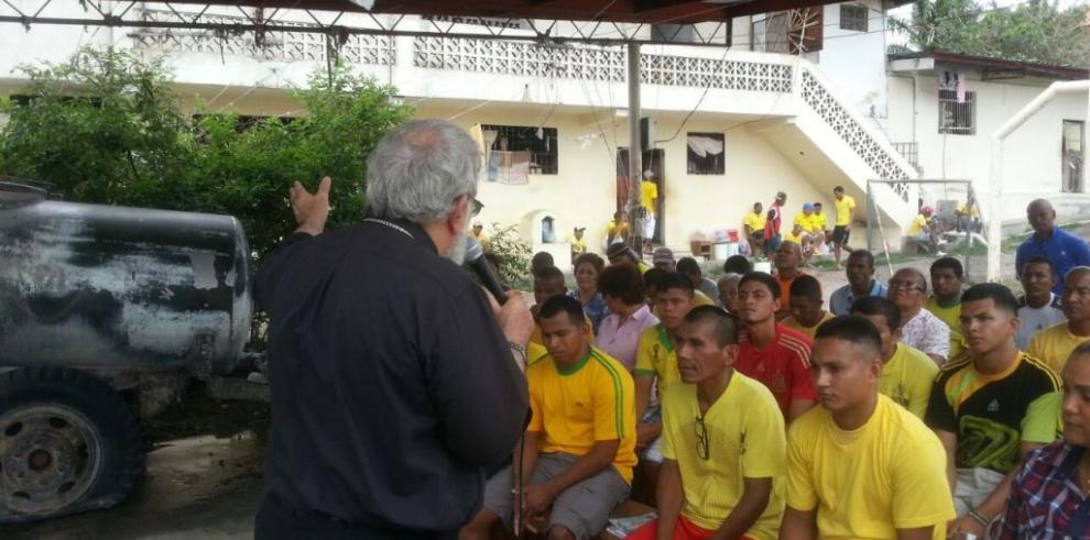 Monseñor Rómulo Emiliani visitó a privados de libertad en Penonomé