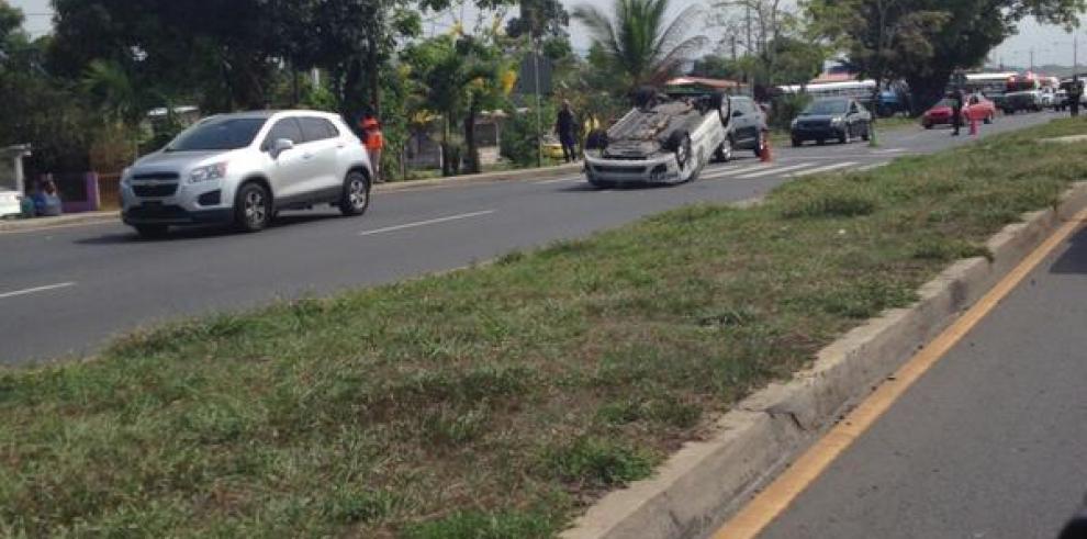 Colisión entre patrulla y dos buses deja 15 heridos