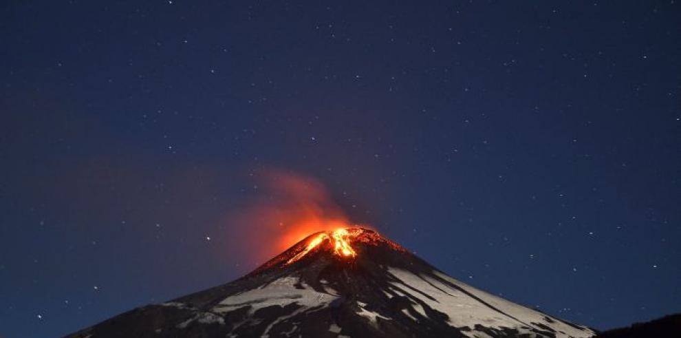 Volcán chileno produce explosiones y se prevé una nueva erupción