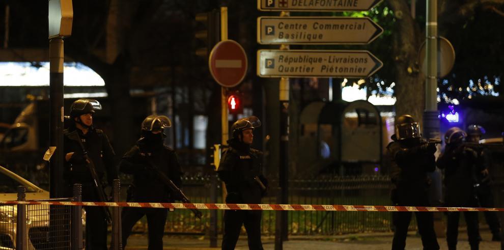 Sospechosos atrincherados en un apartamento en suburbios de París