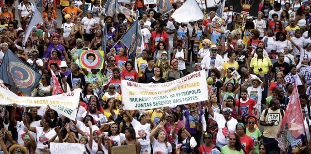 Detienen a policías por disparar en marcha contra el racismo en Brasil