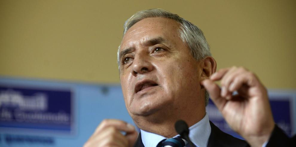 Justicia prohíbe salir del país al presidente de Guatemala
