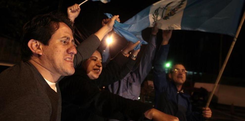 Guatemaltecos salen a la calle a celebrar la dimisión de Pérez Molina