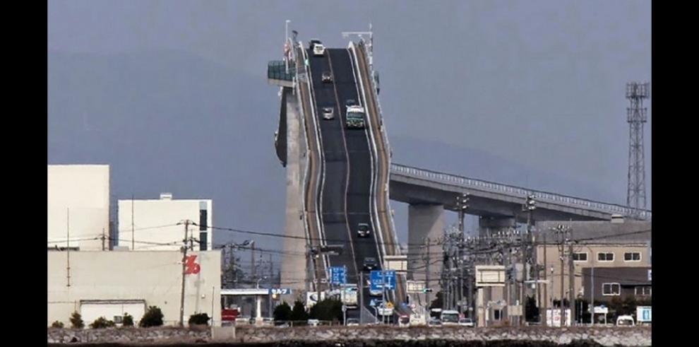Un puente en Japón parece una montaña rusa