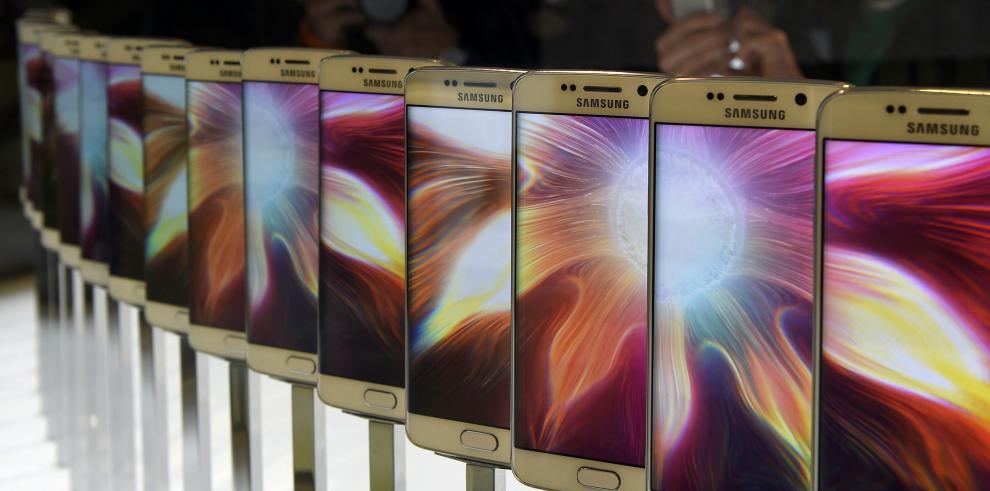 Samsung le pone curvas al nuevo Galaxy S6 en Barcelona