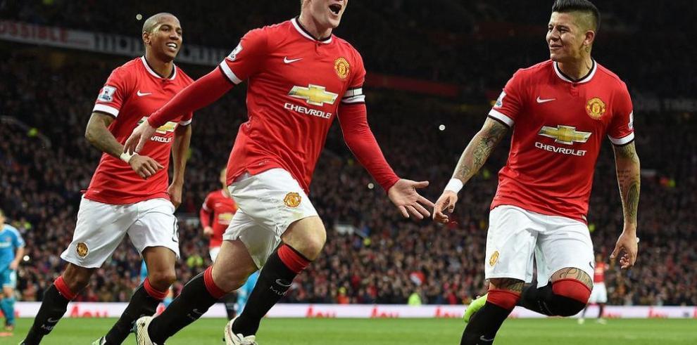 Manchester United triunfa de la mano de Rooney