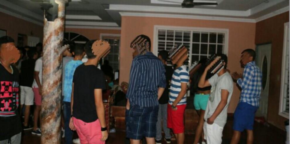 Sorprenden a más de 250 menores de edad en fiesta clandestina