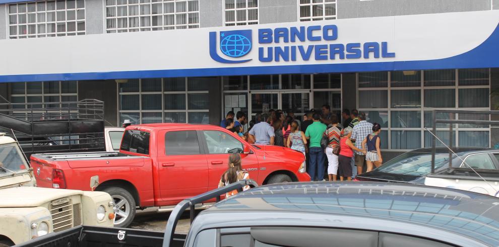Clientes del Banco Universal querían retirar sus cuentas y no pudieron